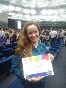 Foto da Silvana Gabriel Quintino Rodrigues com o certificado de finalista.