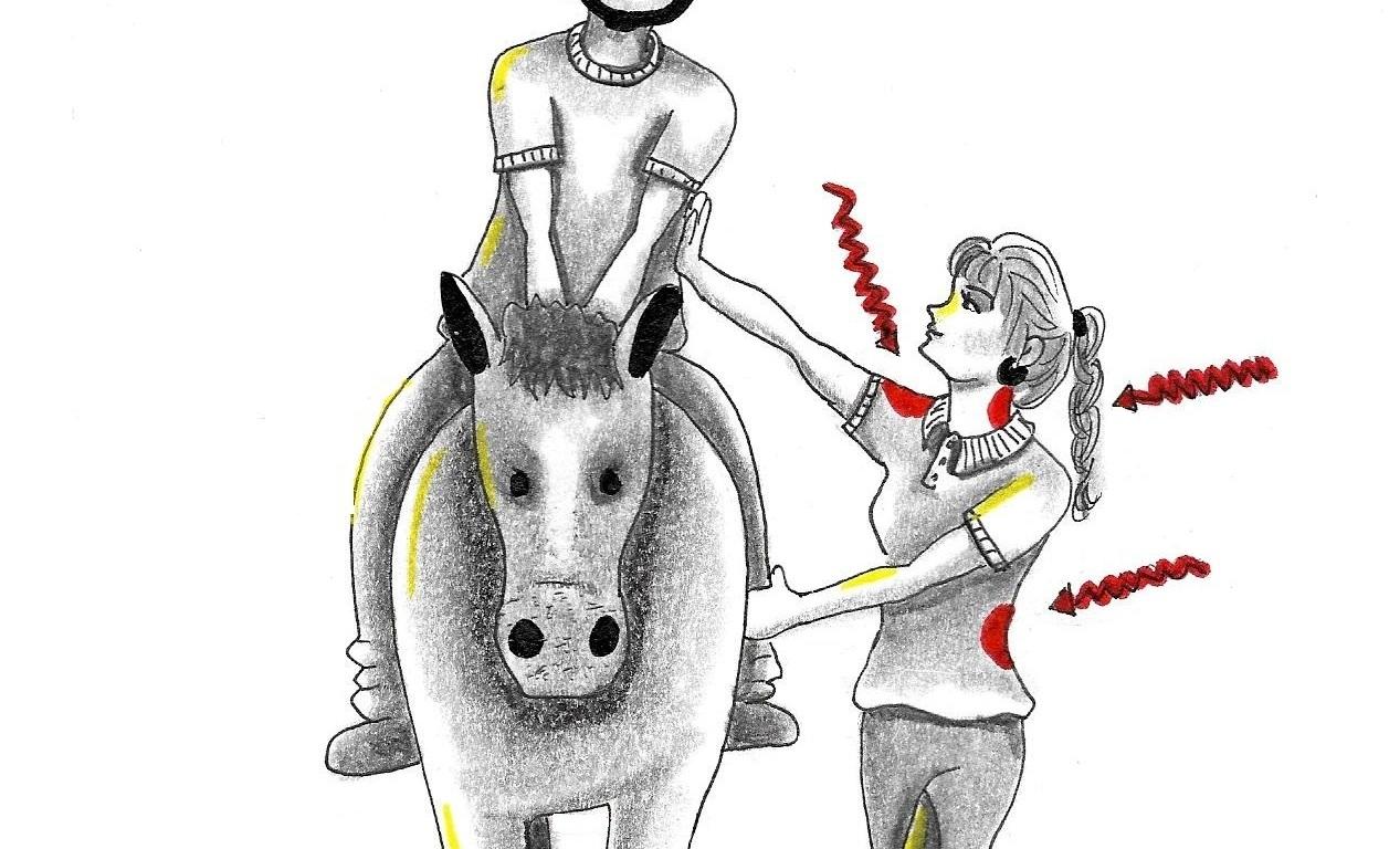 Desenho de um profissional segurando uma pessoa em cima de um cavalo com dor no ombro.